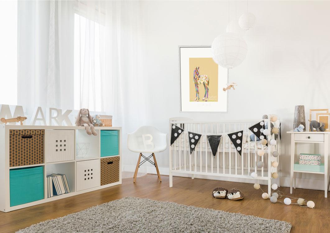 Digitaal schilderij van een veulen hangend in een trendy babykamer.