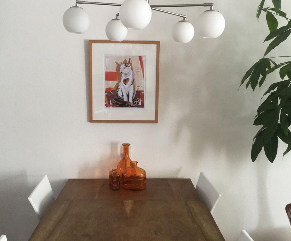 Digitaal schilderij van een kleurrijke Kat hangend in een trendy woonkamer.